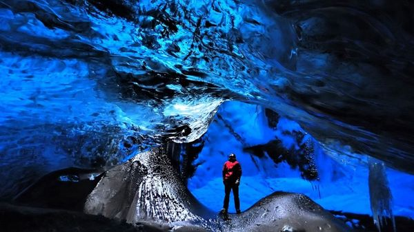 Caving-in-Iceland