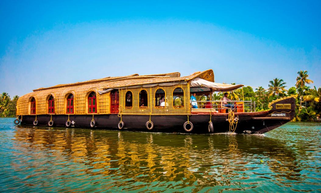 KETTUVALLAMS floating restaurant